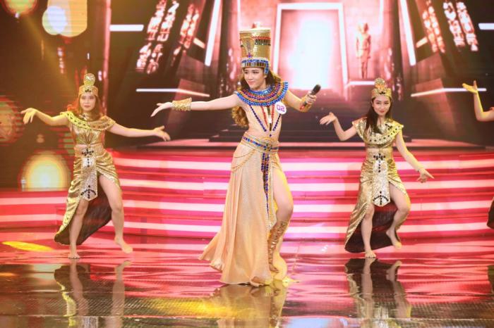 Dàn khách mời Ca sĩ Bí ẩn xuýt xoa trước nhan sắc xinh đẹp của Hoa hậu Trần Ngọc Châu.
