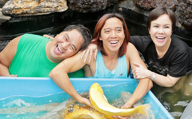 Vợ chồng nghệ sĩ Việt Hương vui đùa trong hồ cá tiền tỷ của nghệ sĩ Hoàng Mập