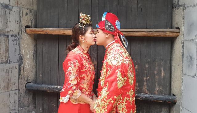 Hoa hậu - Nữ hoàng Hồ Oanh Yến cùng bạn trai sang Thượng Hải chụp và quay quảng cáo