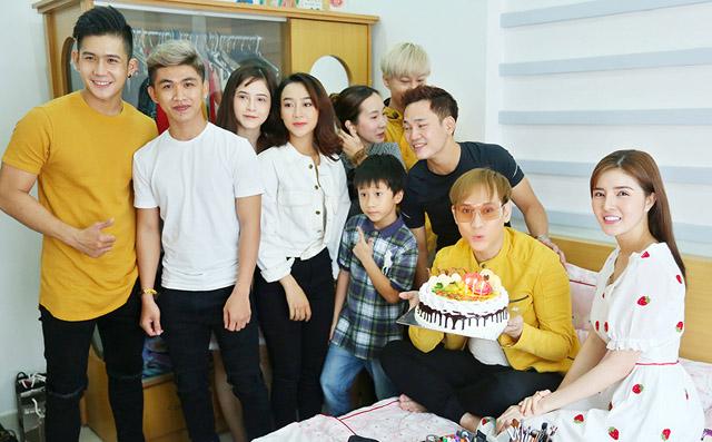 Ca sĩ Nguyên Vũ bất ngờ được đoàn phim tổ chức sinh nhật khi đang chuẩn bị cho MV mới