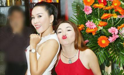 CEO Lê Phạm tươi sáng bên chủ quán Bon Bon rực rỡ ngày khai trương