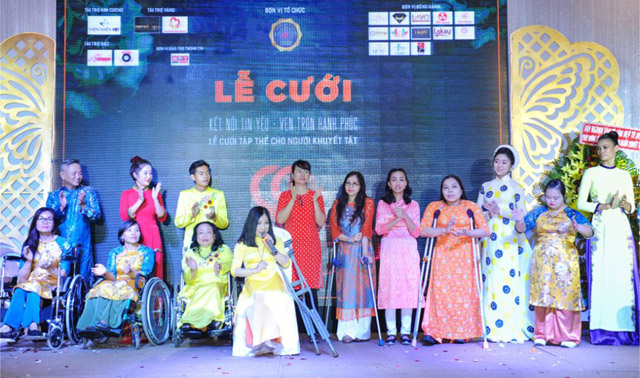 Diện áo dài Việt Hùng, các người mẫu khuyết tật bùng cháy trong vũ điệu xe lăn