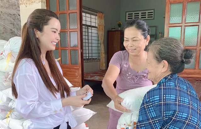 Ngày Vu Lan, Hoa hậu Huỳnh Vy về quê nhà tặng gạo cho các cụ già