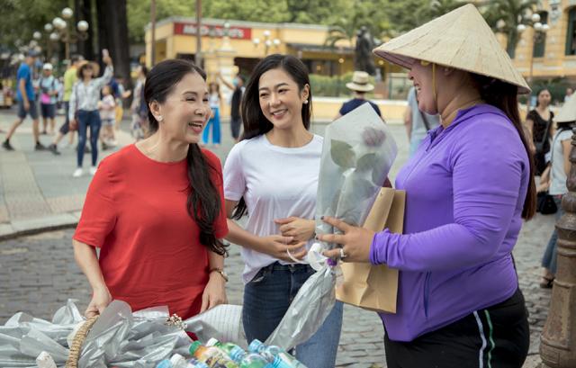 Nghệ sĩ Kim Xuân, ca sĩ Hà Thanh Xuân tặng nhiều hoa hồng và quà cho người bán hàng rong