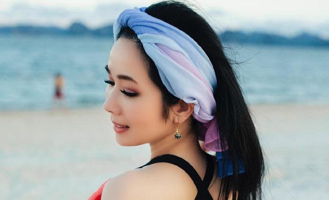 Người đẹp sở hữu vòng eo 58 cm khoe lưng trần gợi cảm trên bờ biển