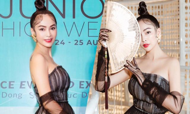 Mỹ Ngọc Bolero vai trần gợi cảm đi xem thời trang