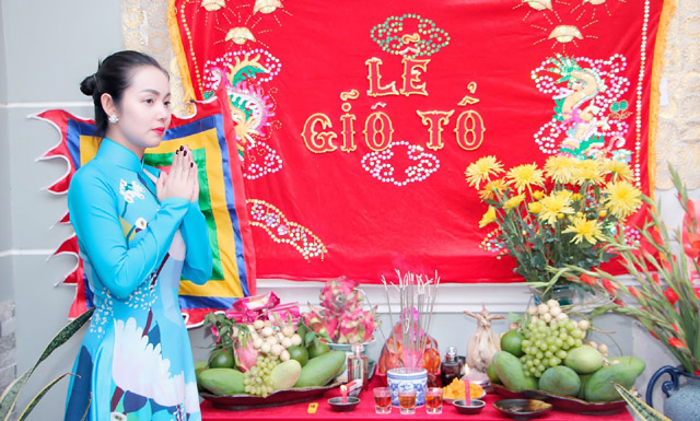 Hoa hậu Quý bà Amy Lê Anh đẹp nền nã trong trang phục áo dài thành tâm cúng Tổ