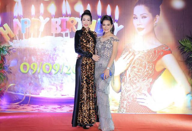 NSƯT Trịnh Kim Chi vui vẻ chúc mừng sinh nhật hoa khôi Hương Hoàng