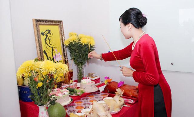 Lê Phạm nổi bật với áo dài đỏ, thành tâm dâng hương cúng Tổ
