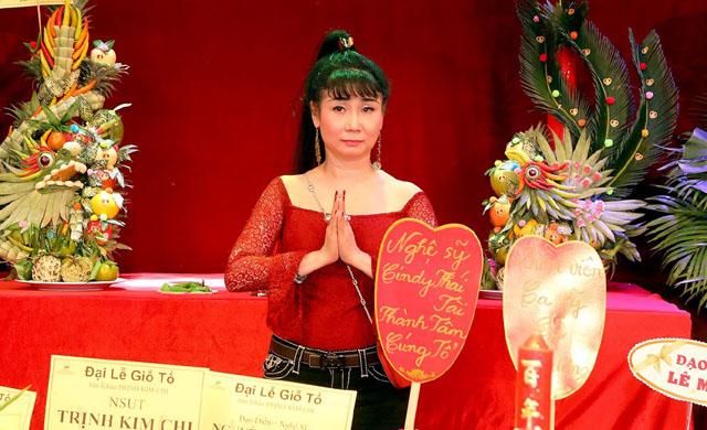 Nghệ sĩ Uyên Thảo thành tâm cúng giỗ Tổ nghề sân khấu tại hai sân khấu lớn