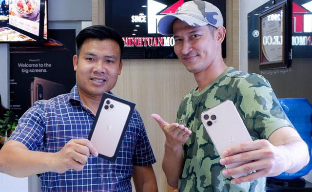 Lý Hải, Mạc Văn Khoa, Huy khánh mê mẩn iPhone như điếu đổ