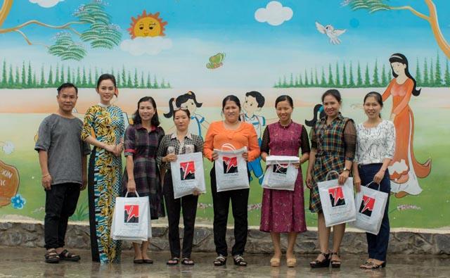 Đại sứ Áo dài 2 Bích Nhân dành tặng hơn 100 áo dài cho các cô giáo Đảo Ngọc