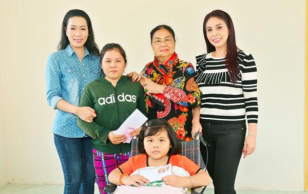 NSƯT Trịnh Kim Chi cùng mẹ con Lý Hương trao nhà tình thương