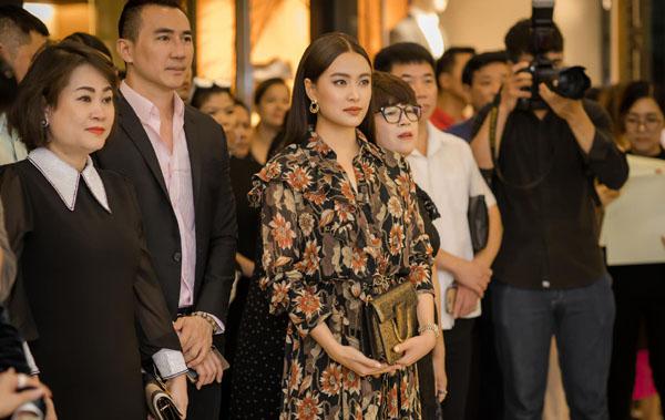 """""""Mị"""" Hoàng Thuỳ Linh khoe nhan sắc hơn người cùng set đồ hiệu dự khai trương cửa hàng Rolex"""