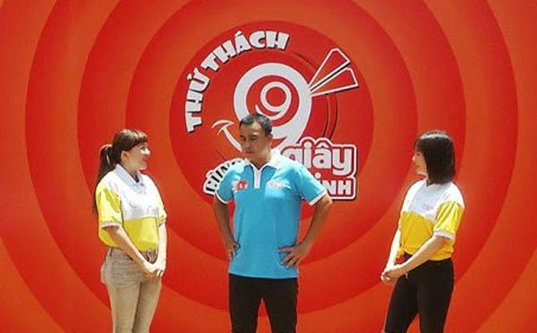 MC Quyền Linh bị Ngọc Tiên và Hiền Lê phối hợp thử thách ngược lại khi dẫn show