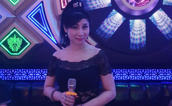 """Nghệ sĩ Uyên Thảo bất ngờ với không gian như """"sống ảo"""" trong phòng Karaoke"""
