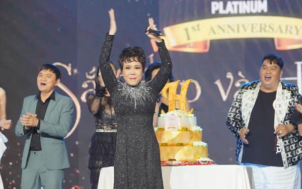 Việt Hương cùng nhiều sao Việt mừng đêm tiệc tròn một năm ra mắt Hương Thị