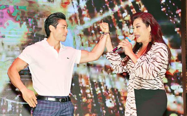 Cindy Thái Tài lả lơi bên trai đẹp 6 múi trong sự kiện tại Vĩnh Long
