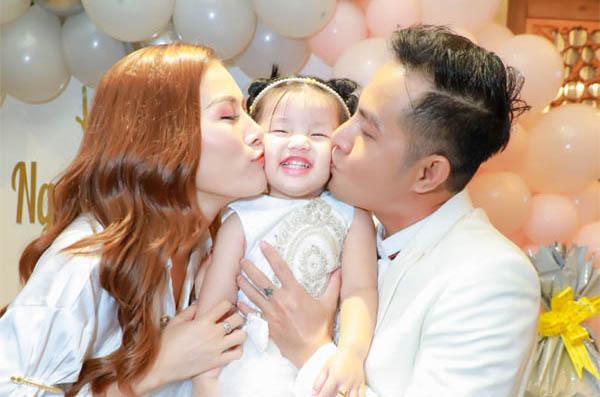 """Vợ chồng """"Thái sư Trần Thủ Độ"""" tổ chức tiệc sinh nhật 2 tuổi cho con gái đầu lòng"""