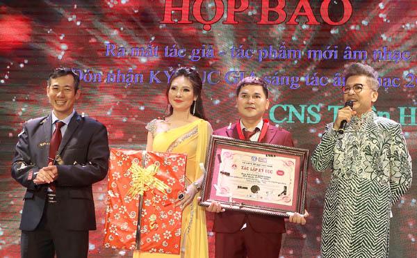 Nghệ sĩ Thiện Hảo chính thức được Tổ chức kỷ lục Việt Nam xác lập Kỷ lục gia