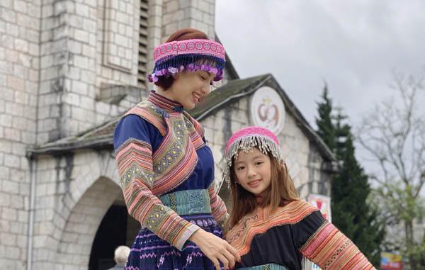 Ngọc Diễm và con gái thử trang phục người H'Mông