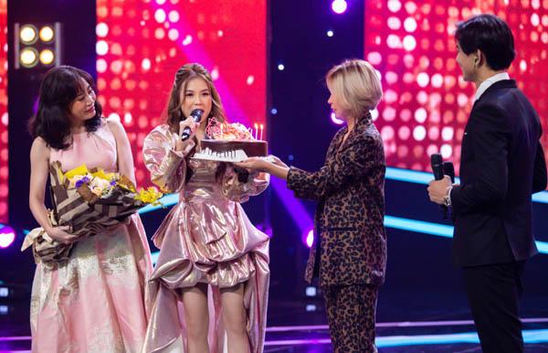 Đảm nhận vai trò host 100 giây rực mùa 2, Sam bất ngờ được fan và dàn nghệ sĩ tổ chức sinh nhật