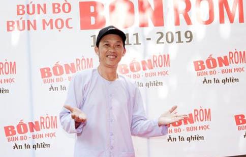 Danh Hài Hoài Linh ăn mặc giản dị dự khai trương Quán Bún Mọc Bốn Ròm