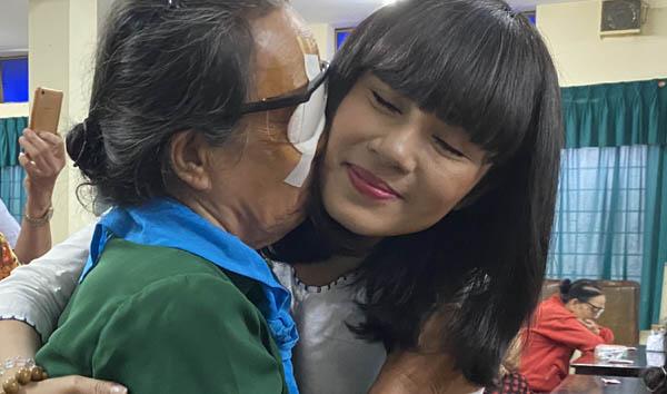 Việt Trinh hỗ trợ 200 triệu đồng giúp các bệnh nhân nghèo mổ mắt