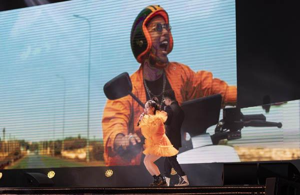 """Sao Việt ngỡ ngàng khi các """"tổ lái"""" lướt xe điện thông minh trên sân khấu ra mắt MV """"Đâu chịu ngồi yên"""""""