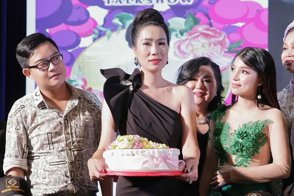 NSƯT Trịnh Kim Chi xúc động khi nhận hoa chúc mừng từ các học trò