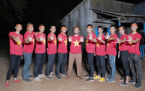 Dàn diễn viên Lật Mặt-48h tiếp lửa cho các cầu thủ trước chung kết Sea Games