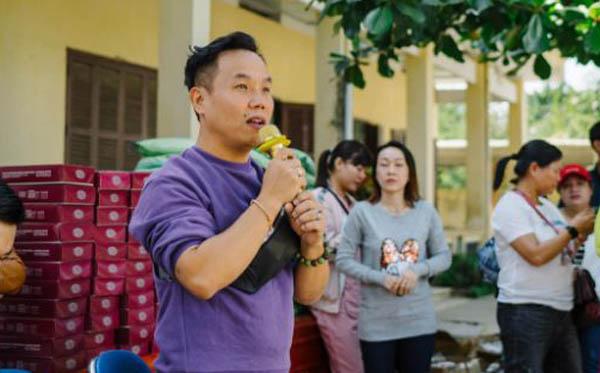 NTK Việt Hùng dành tặng hơn 90 áo dài cho các cô giáo nghèo ở Khánh Hòa