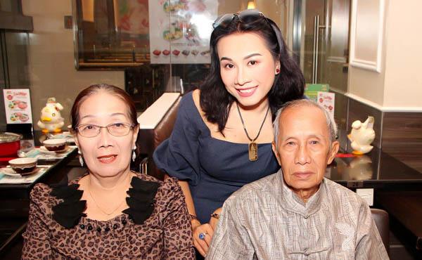Vợ chồng nhạc sĩ Y Vũ bất ngờ tổ chức tiệc sinh nhật cho con gái nuôi Lê Phạm
