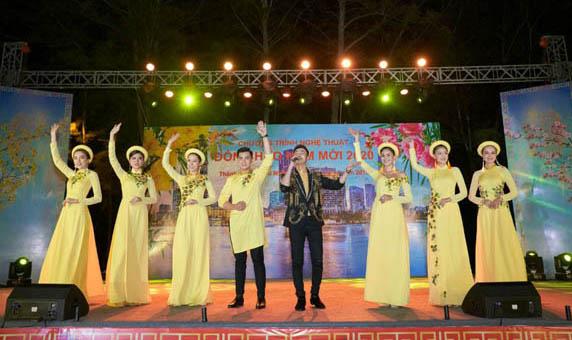 """NTK Việt Hùng mang áo dài lên sân khấu """"Chào năm mới 2020"""" huyện đảo Cần Giờ"""