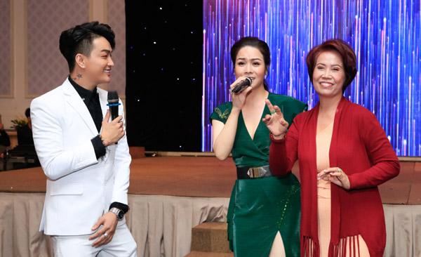 Nhật Kim Anh rủ Titi và mẹ ruột nam ca sĩ hát, quẩy tưng bừng tại sự kiện