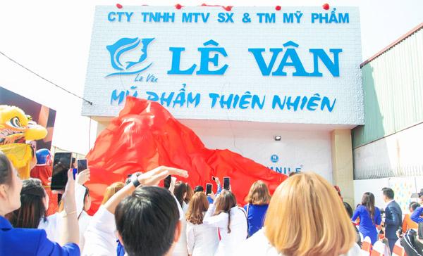 Á hậu Thúy Vân và ca sĩ Chu Bin chúc mừng Lê Vân Group khánh thành nhà xưởng thứ 2