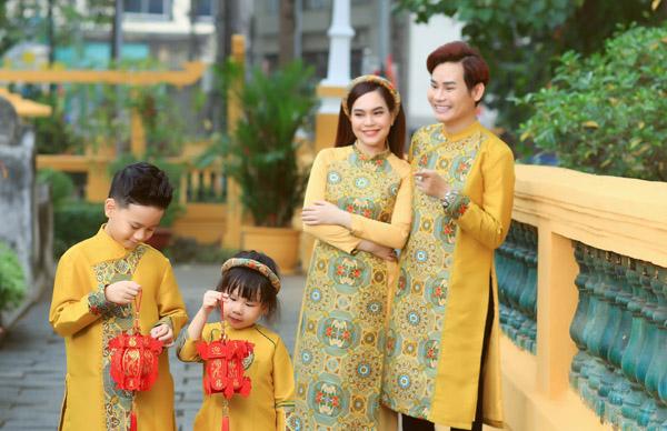 Nam MC VTV Hồng Phúc diện áo dài chụp ảnh xuân cùng bà xã Quỳnh Phượng và hai con