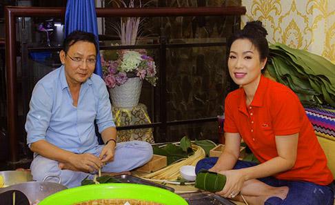 """NSƯT Trịnh Kim Chi """"hối hả"""" cùng ông xã lo nồi bánh chưng mừng xuân Canh Tý"""