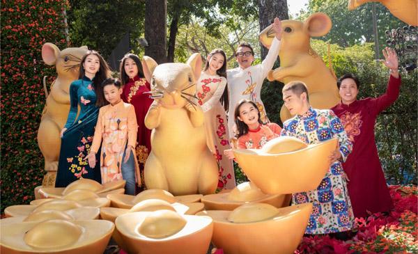 Dàn nghệ sỹ danh tiếng Việt diện áo dài của NTK Việt Hùng xúng xính đi Hội Hoa Xuân