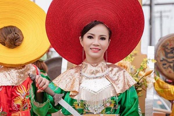 Hoa hậu Ninh Nguyễn hóa thân thành nữ vương Trưng Nhị trong lễ diễu hành mùa xuân