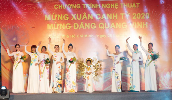 Hàng ngàn người dân quận 12, TP.HCM nồng nhiệt chào đón Áo dài của NTK Việt Hùng