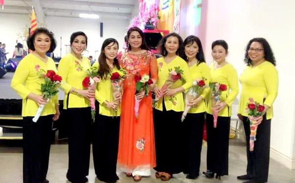 Hoa hậu Lê Ngọc Dung duyên dáng biểu diễn văn nghệ mừng xuân