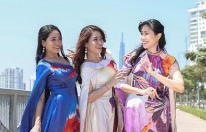 Nhóm nhạc Phù Sa khoe trọn vẻ đài các trong BST Đại sứ áo dài của NTK Việt Hùng