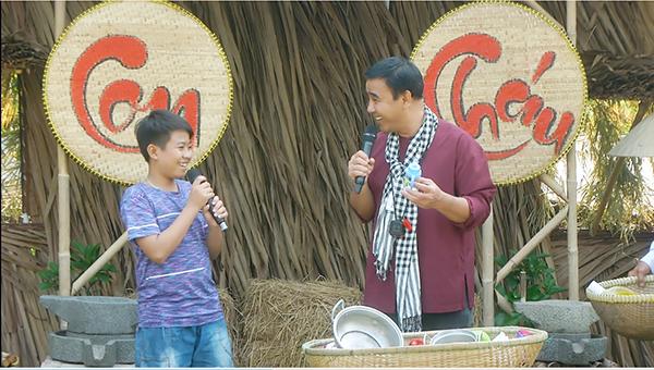 Điều gì khiến MC Quyền Linh 'Hết hồn' khi dẫn chương trình 'Vui cùng con cháu'?
