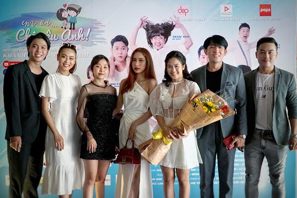 Đạo diễn Khánh Toàn – Trang Nhi cùng dàn diễn viên cực xinh trong ngày ra mắt phim ''Em ơi, chị yêu anh''