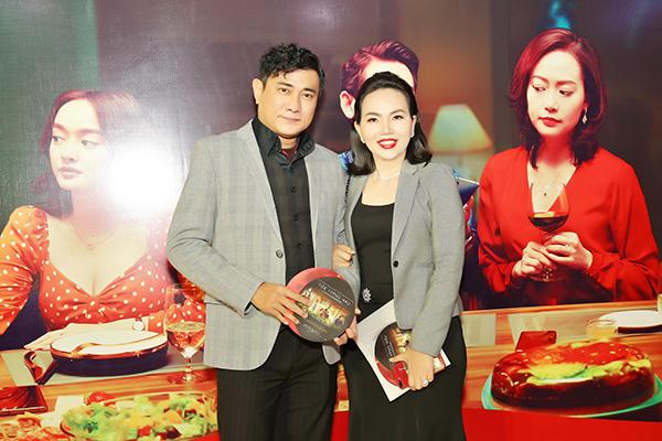 Diễn viên - Đạo diễn Hoàng Phúc cùng vợ trẻ Uyên Phương đi xem phim Tiệc Trăng Máu
