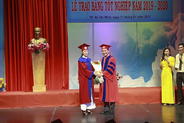 NSƯT Trịnh Kim Chi nhận bằng tốt nghiệp đại học sau 4 năm học tập