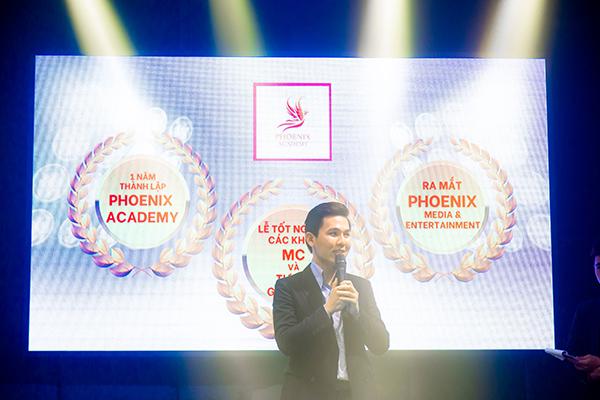 """""""Én tử tế"""" MC Cao Tùng Minh làm lễ trao bằng tốt nghiệp cho hơn 200 học viên."""