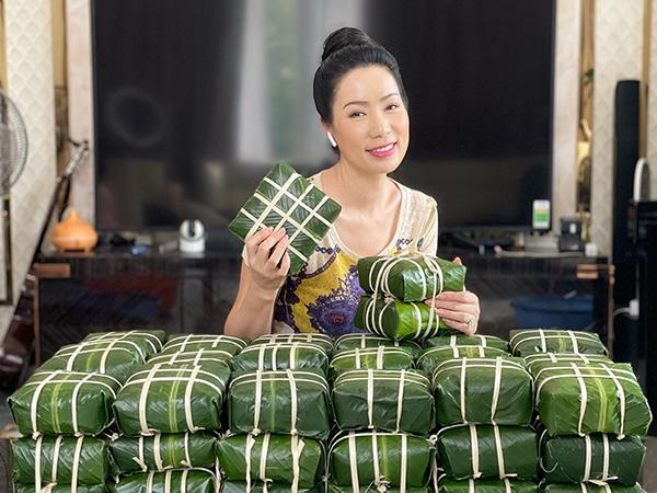 NSƯT Trịnh Kim Chi giữ nét truyền thống bằng việc gói bánh chưng