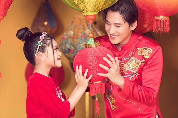 Hà Trí Quang cùng con gái nuôi Katherine Minh Vy thực hiện bộ ảnh Tết